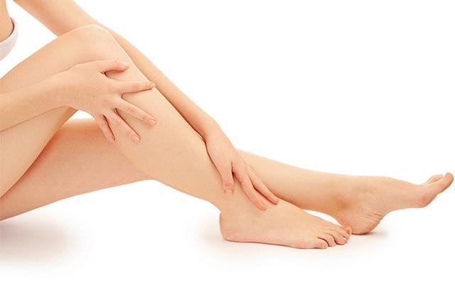 Najlepsze sposoby na opuchnięte i bolące stopy